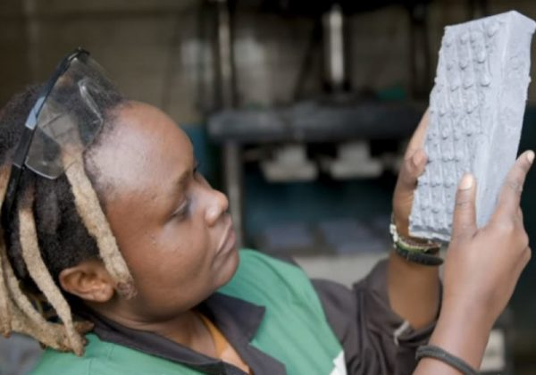 Conheça o tijolo de plástico que é 7 vezes mais forte que o contreto