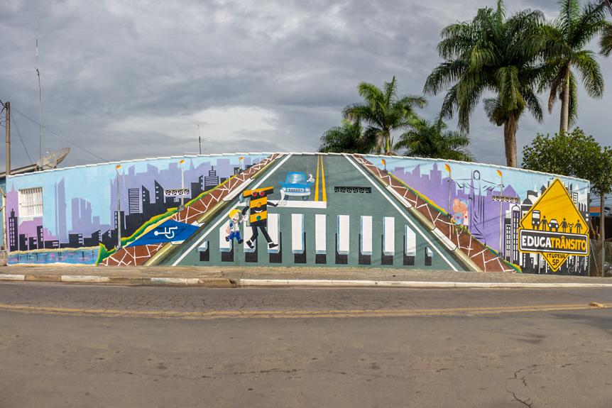 Artista Luiz Viana enfeita Muro com o Mascote do Trânsito - o Amarelinho